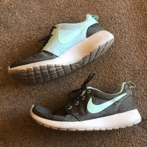 Nike roshe runs shoes